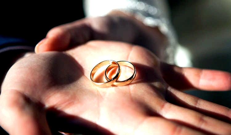 На якій руці носять обручку  традиції і значення - Корисні поради f44a15d2da18a
